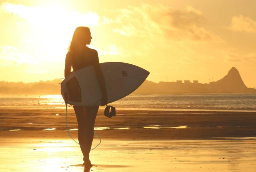 Woman_surfing_on_beach